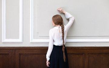 девушка, поза, стена, юбка, модель, спина, косичка