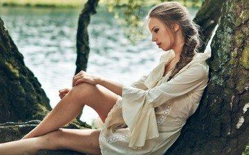 озеро, дерево, девушка, платье, поза, профиль, сидит, ножки, коса