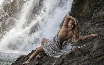 скалы, берег, девушка, море, поза, блондинка, модель, ножки