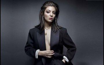девушка, брюнетка, взгляд, волосы, маленькая грудь, черный пиджак