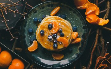 фрукты, ягоды, мед, тарелка, мандарины, оладьи, голубика, панкейки