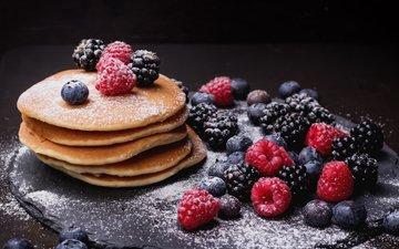 малина, ягоды, черника, сахарная пудра, блины, ежевика