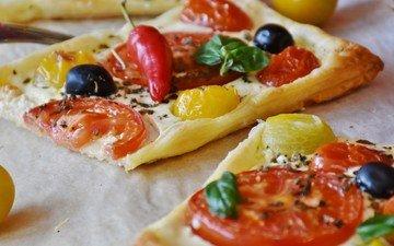 овощи, выпечка, помидоры, оливки, перец, пицца
