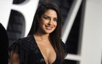 девушка, улыбка, взгляд, модель, волосы, лицо, актриса, черное платье, вырез, декольте, знаменитость, индийская, приянка чопра