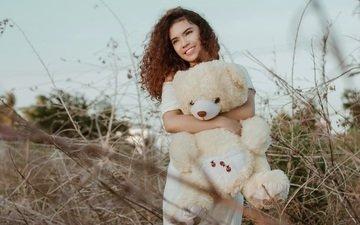 девушка, улыбка, взгляд, рыжая, игрушка, модель, кудри, лицо, плюшевый мишка