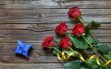 цветы, бутоны, розы, лепестки, букет, подарок, коробочка, деревянная поверхность