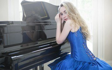 девушка, взгляд, волосы, лицо, певица, фортепиано, синее платье, сабрина карпентер