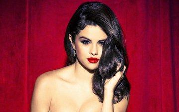 девушка, взгляд, модель, лицо, актриса, певица, красные губы, красный фон, селена гомес, голые плечи