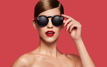 рука, девушка, модель, лицо, красные губы, шатенка, голые плечи, солнцезащитные очки