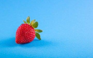ягода, клубника, голубой фон