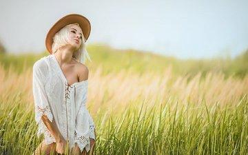 трава, природа, девушка, блондинка, поле, лето, шляпа, блузка, стрижка