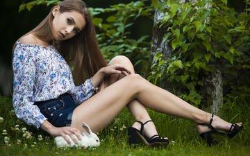 трава, девушка, поза, брюнетка, взгляд, ножки, волосы, лицо, кролик, сидя, джинсовые шорты, высокие каблуки
