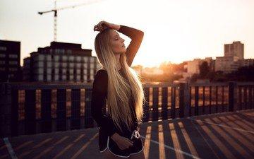 девушка, утро, блондинка, город, модель, шорты, длинные волосы, солнечный свет, закрытые глаза, jonathan goehler