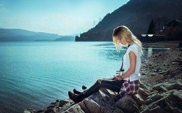 вода, озеро, блондинка, профиль, сидит, татуировки, рубашка, закрытые глаза, рваные джинсы, иван горохов