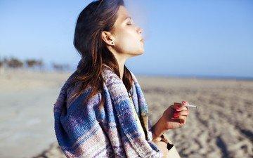 небо, пляж, модель, профиль, сигарета, курение, закрытые глаза, розовые ногти