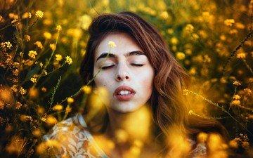 девушка, портрет, модель, волосы, губы, лицо, солнечный свет, закрытые глаза, желтые цветы