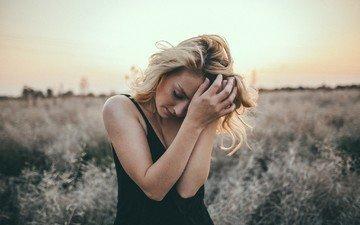 девушка, платье, блондинка, портрет, поле, модель, закрытые глаза, бен паркер
