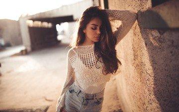 девушка, модель, лицо, закрытые глаза, джинсовые шорты, руки на голове
