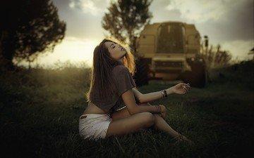 девушка, футболка, сидя, закрытые глаза, джинсовые шорты, manthos tsakiridis, manthos tsakiridis.