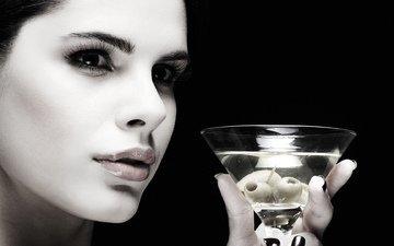 девушка, портрет, взгляд, бокал, черный фон, губы, лицо, коктейль