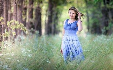 деревья, растения, лес, девушка, улыбка, взгляд, волосы, лицо, прогулка, синее платье