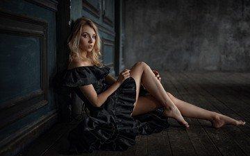 девушка, поза, блондинка, модель, ножки, черное платье, на полу, босиком, георгий чернядьев, алиса тарасенко