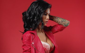 девушка, брюнетка, модель, профиль, татуировки, грудь, макияж, локоны, красный фон, декольте, кожаная куртка