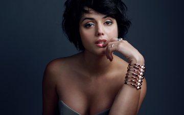 девушка, портрет, взгляд, губы, актриса, браслет, декольте, знаменитость, голые плечи, amrita acharia, амрита ачария