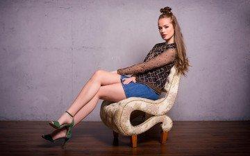 девушка, брюнетка, взгляд, юбка, сидит, ноги, волосы, лицо, кресло