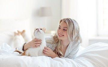 девушка, блондинка, улыбка, кошка, кровать, спальня, халат