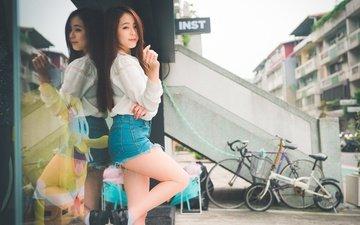 девушка, поза, улыбка, взгляд, улица, ножки, волосы, лицо, азиатка, джинсовые шорты