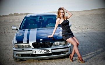 девушка, поза, улыбка, пустыня, взгляд, авто, ножки, черное платье, бмв