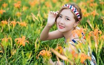 цветы, девушка, улыбка, взгляд, модель, лицо, лилии, азиатка, боке