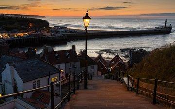 небо, фонари, огни, вечер, закат, пейзаж, море, маяк, горизонт, пирс, побережье, дома, англия, набережная, городок, уитби