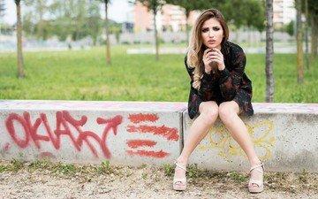 девушка, платье, брюнетка, взгляд, сидит, ноги, волосы, лицо, карие глаза
