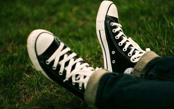 трава, стиль, кеды, джинсы, ноги, шнурки