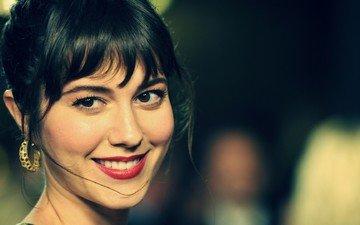 девушка, улыбка, брюнетка, взгляд, волосы, лицо, актриса, карие глаза, мэри элизабет уинстэд