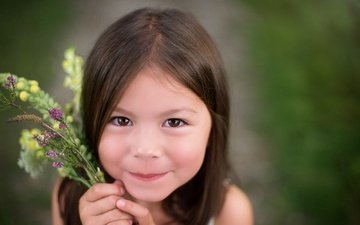 цветы, улыбка, взгляд, дети, девочка, волосы, лицо, ребенок, букетик, кареглазая, джейд