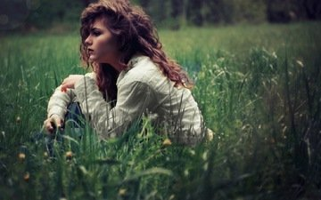 трава, девушка, взгляд, модель, профиль, волосы, лицо, полевые цветы, вьющиеся волосы