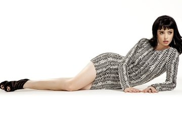девушка, платье, поза, взгляд, ножки, волосы, лицо, актриса, белый фон, лежа, кристен риттер