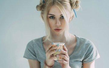 девушка, фон, блондинка, взгляд, руки, макияж, прическа, майка, стаканчик