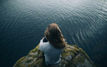 девушка, море, скала, высота, мох, волосы, свитер, шатенка, боке