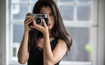 девушка, брюнетка, взгляд, модель, фотоаппарат, волосы, лицо, руки