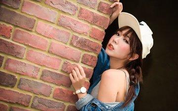 девушка, взгляд, стена, часы, азиатка, кепка, джинсовка, прислонилась, к стене, голое плечо