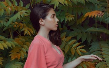 рука, листья, девушка, фон, ветки, взгляд, профиль, волосы, лицо, розовое платье
