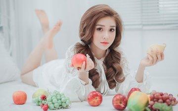 девушка, виноград, поза, фрукты, яблоки, взгляд, модель, ножки, волосы, лицо, азиатка, лежа