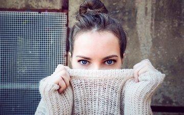 глаза, девушка, портрет, взгляд, лицо, руки, макияж, прическа, свитер, боке, голубоглазая