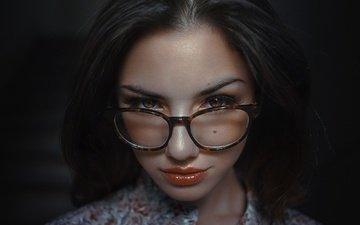 глаза, стиль, девушка, портрет, взгляд, очки, черный фон, губы, лицо, dela