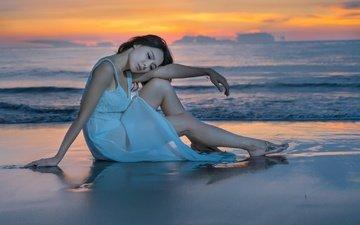 девушка, море, платье, поза, песок, пляж, взгляд, волосы, лицо, азиатка