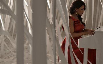 певица, пианино, красное платье, джаз, гайтана эссами, gaitana essami, блюз, фанк, соул, фолк-музыка